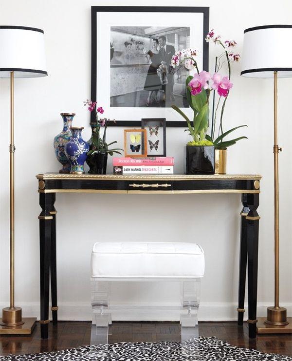 Розовые орхидеи и синие вазы на узком столике с высокими ножками