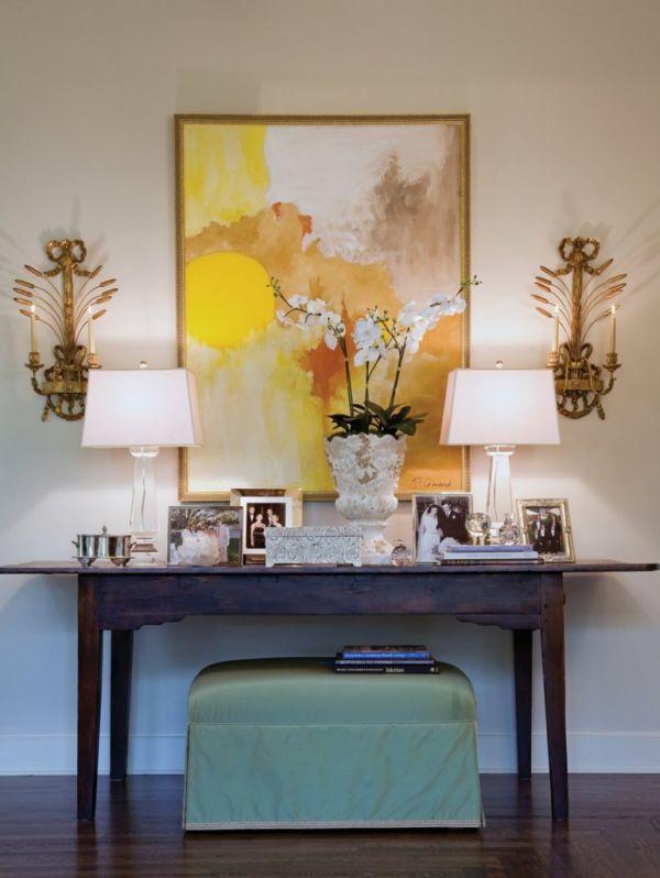 Яркая картина в жёлтых красках над деревянным столиком в прихожей