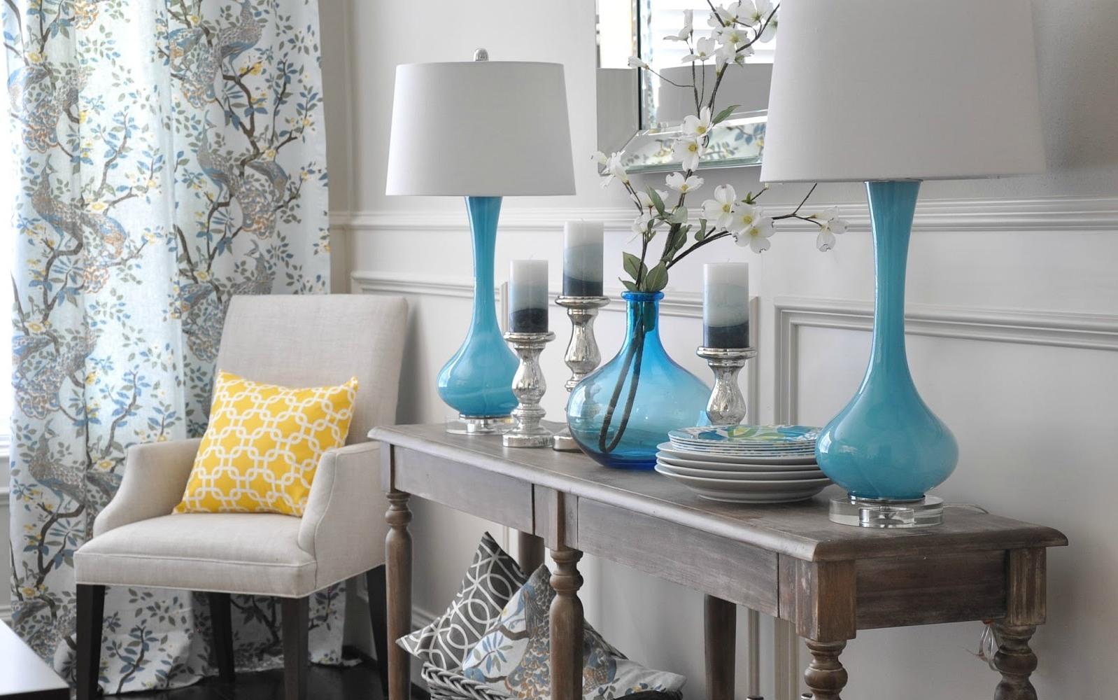 Настольные бирюзовые торшеры с белыми абажурами на деревянном столике с фигурными ножками