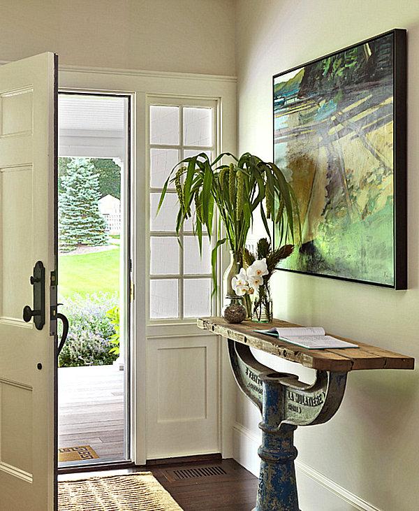 Оригинальный столик с деревянной столешницей и железным основанием