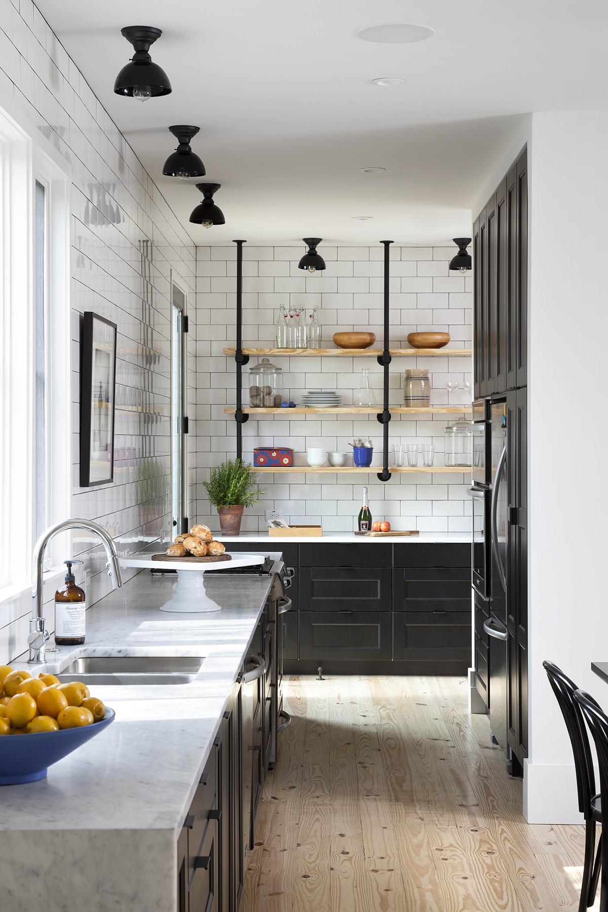 Декор кухни в стиле кантри: белая мраморная столешница