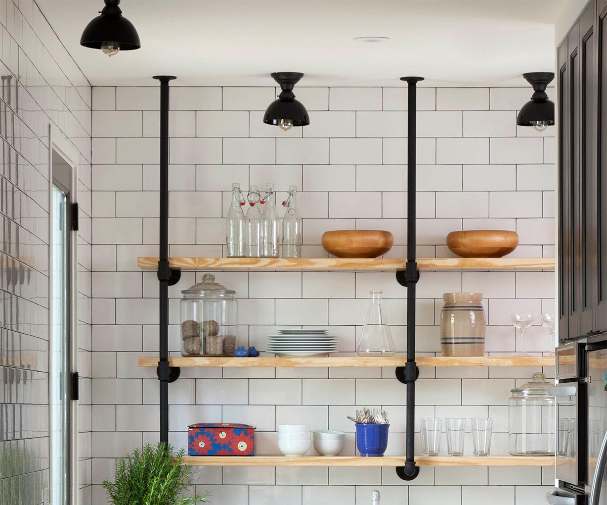 Декор кухни в стиле кантри: белая плитка в отделке кухонного фартука