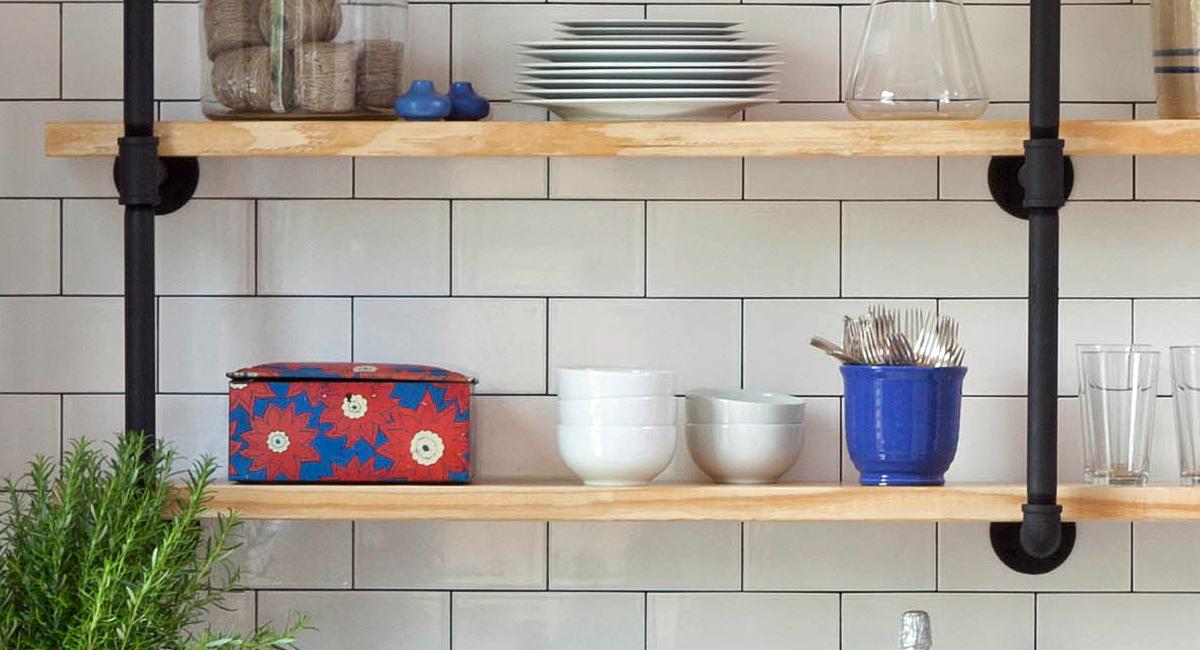 Декор кухни в стиле кантри: открытые деревянные полки