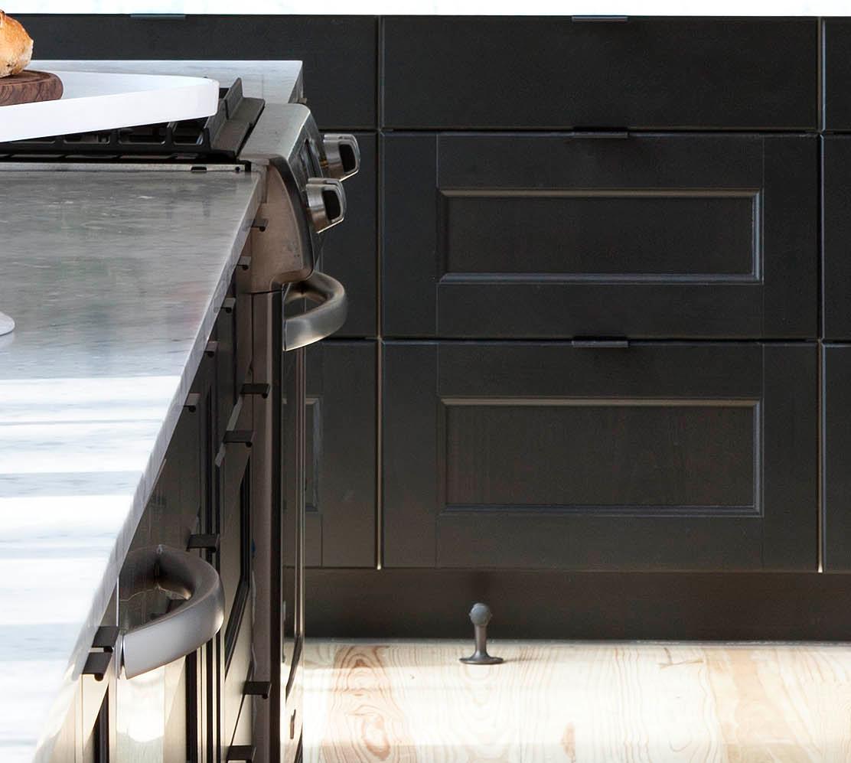 Декор кухни в стиле кантри: чёрные напольные шкафчики