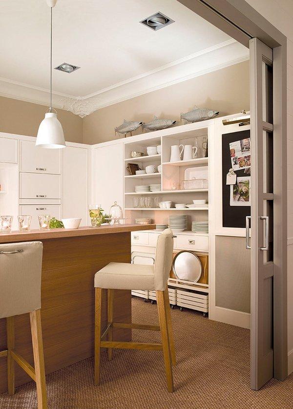 Элегантный дизайн белой кухни в стиле кантри