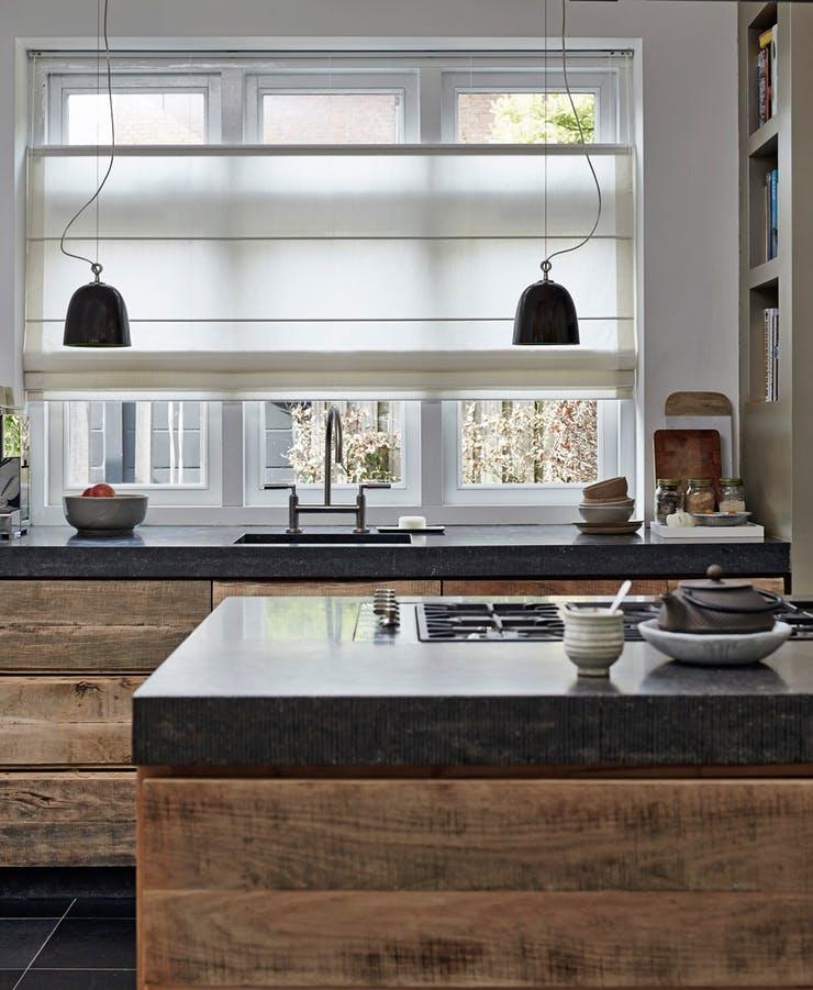 Дерево в интерьере кухни от Luxaflex