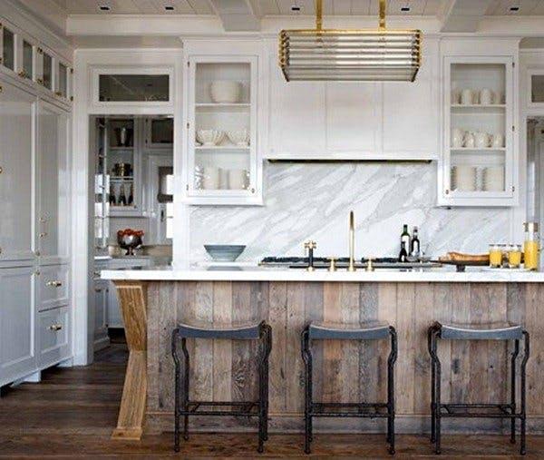 Барная стойка из дерева на кухне