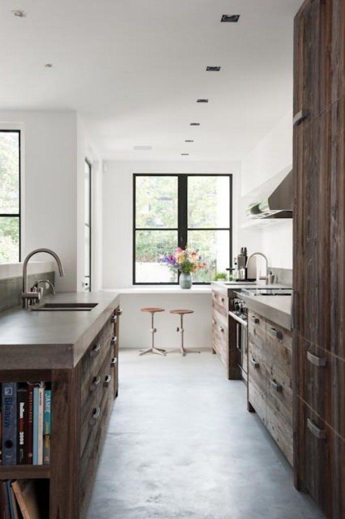 Деревянный кухонный гарнитур в интерьере белой кухни