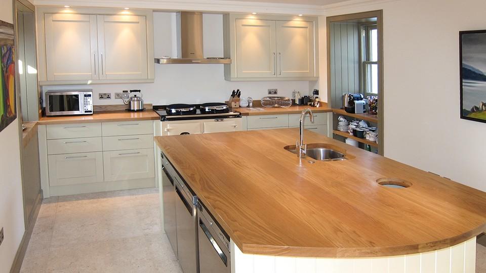 Деревянные кухонные столешницы в светлых тоннах украшают интерьер - фото 2
