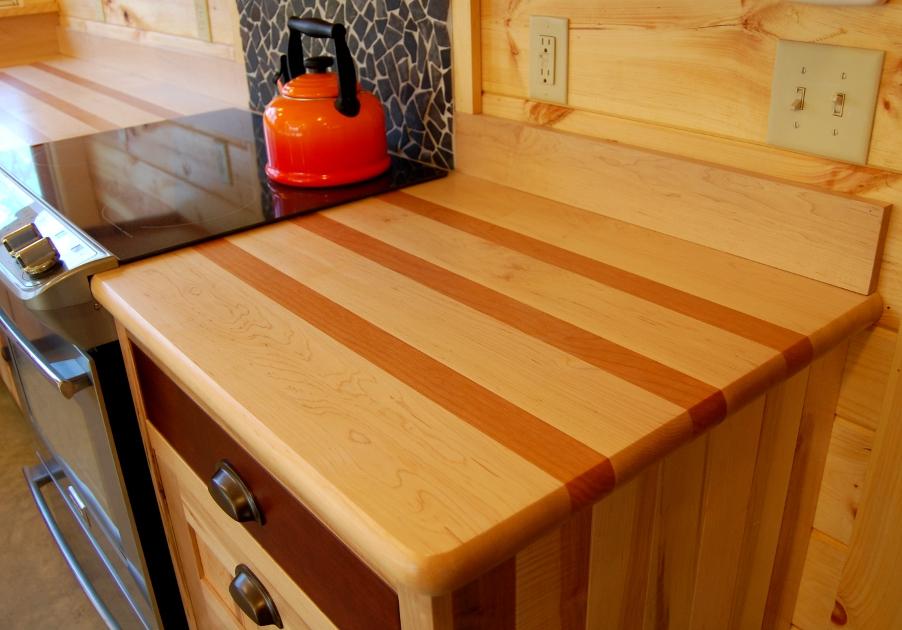 Деревянные кухонные столешницы в светлых тоннах украшают интерьер - фото 3