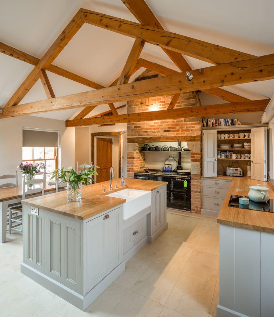 Деревянные кухонные столешницы в светлых тоннах украшают интерьер - фото 4