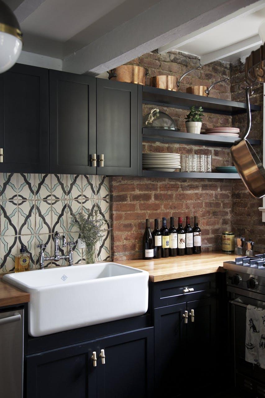 Деревянные кухонные столешницы в светлых тоннах украшают интерьер - фото 6