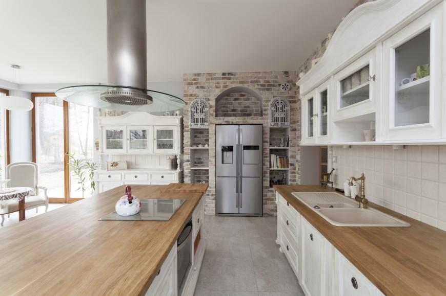 Деревянные кухонные столешницы в светлых тоннах украшают интерьер - фото 7