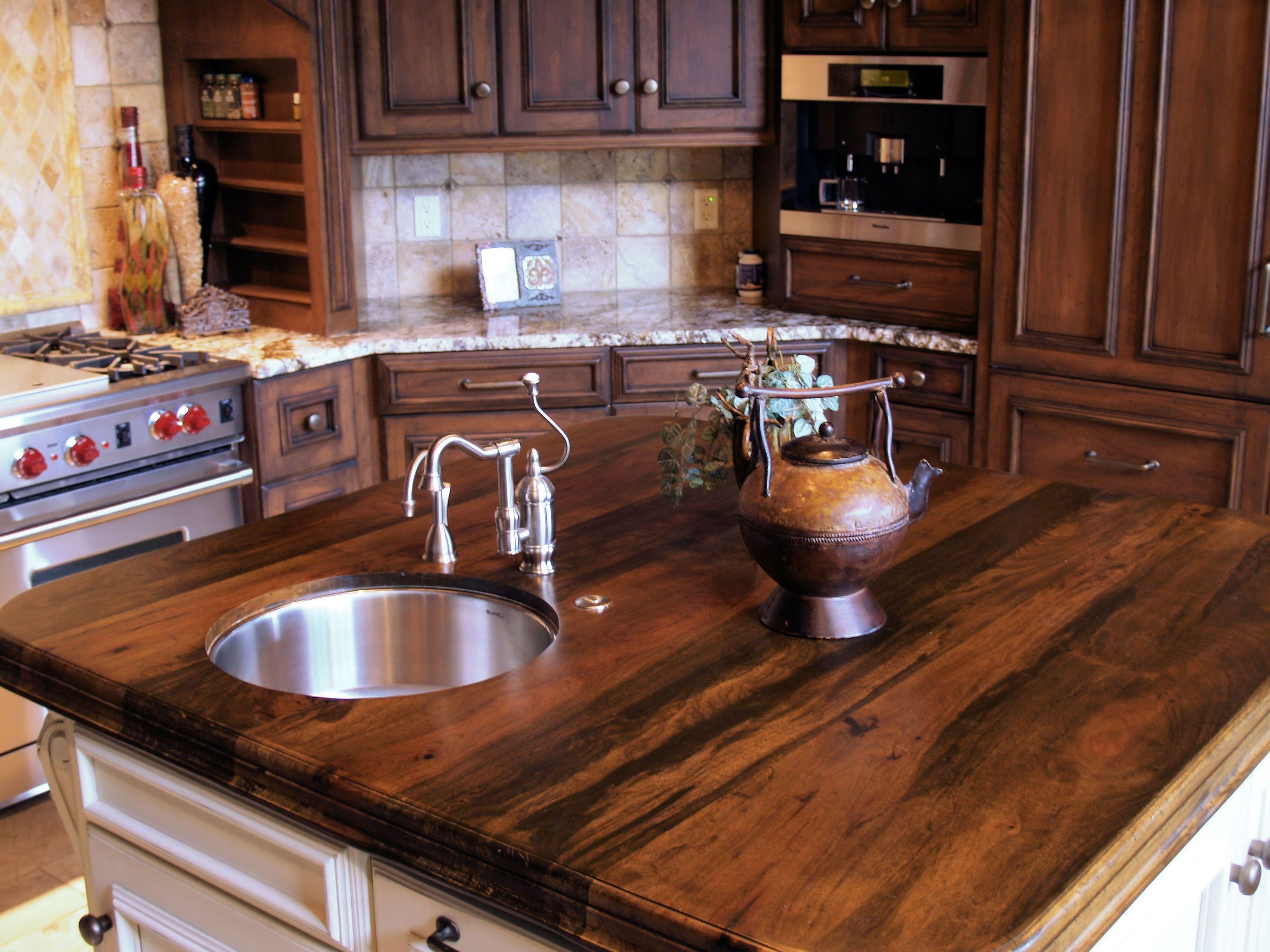 Деревянные кухонные столешницы. Кухонные острова с поверхностью из темного дерева - фото 1