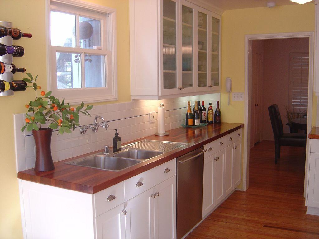Не стоит избегать деревянных кухонных столешниц из темного дерева вокруг раковины - фото 3