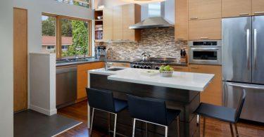 Реальные примеры оформления кухонного пространства: деревянный кухонный гарнитур