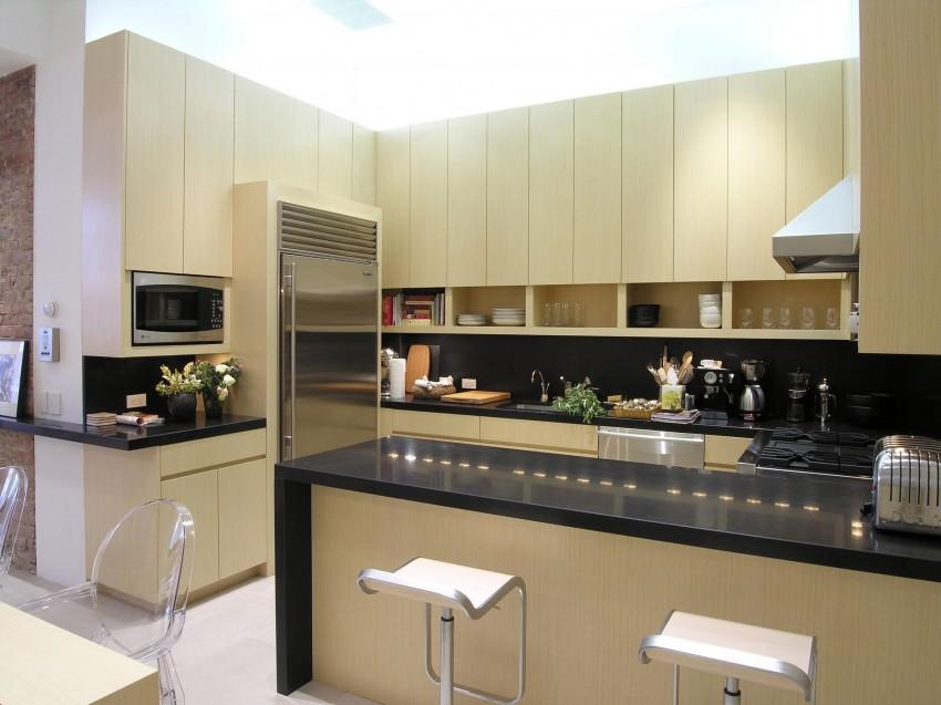 Светлый деревянный кухонный гарнитур в интерьере современной кухни