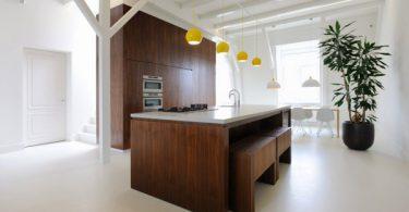 Массивный деревянный кухонный гарнитур в интерьере небольшой кваритры