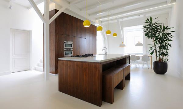 Деревянный кухонный гарнитур в интерьере светлой кухни
