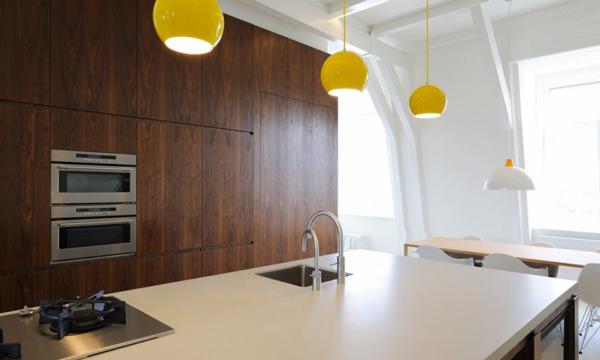 Оригинальные светильники в интерьере кухни с деревянным кухонным гарнитуром