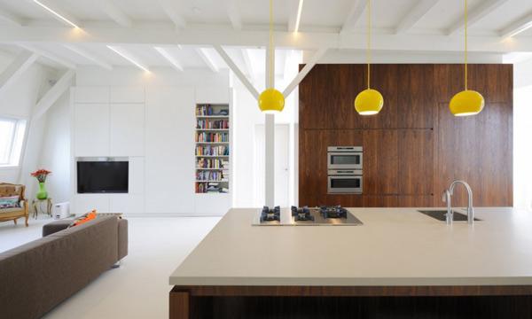 Белые стены в интерьере кухни с деревянным кухонным гарнитур