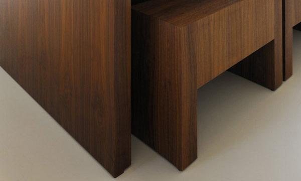 Тёмный деревянный кухонный гарнитур в интерьере кухни