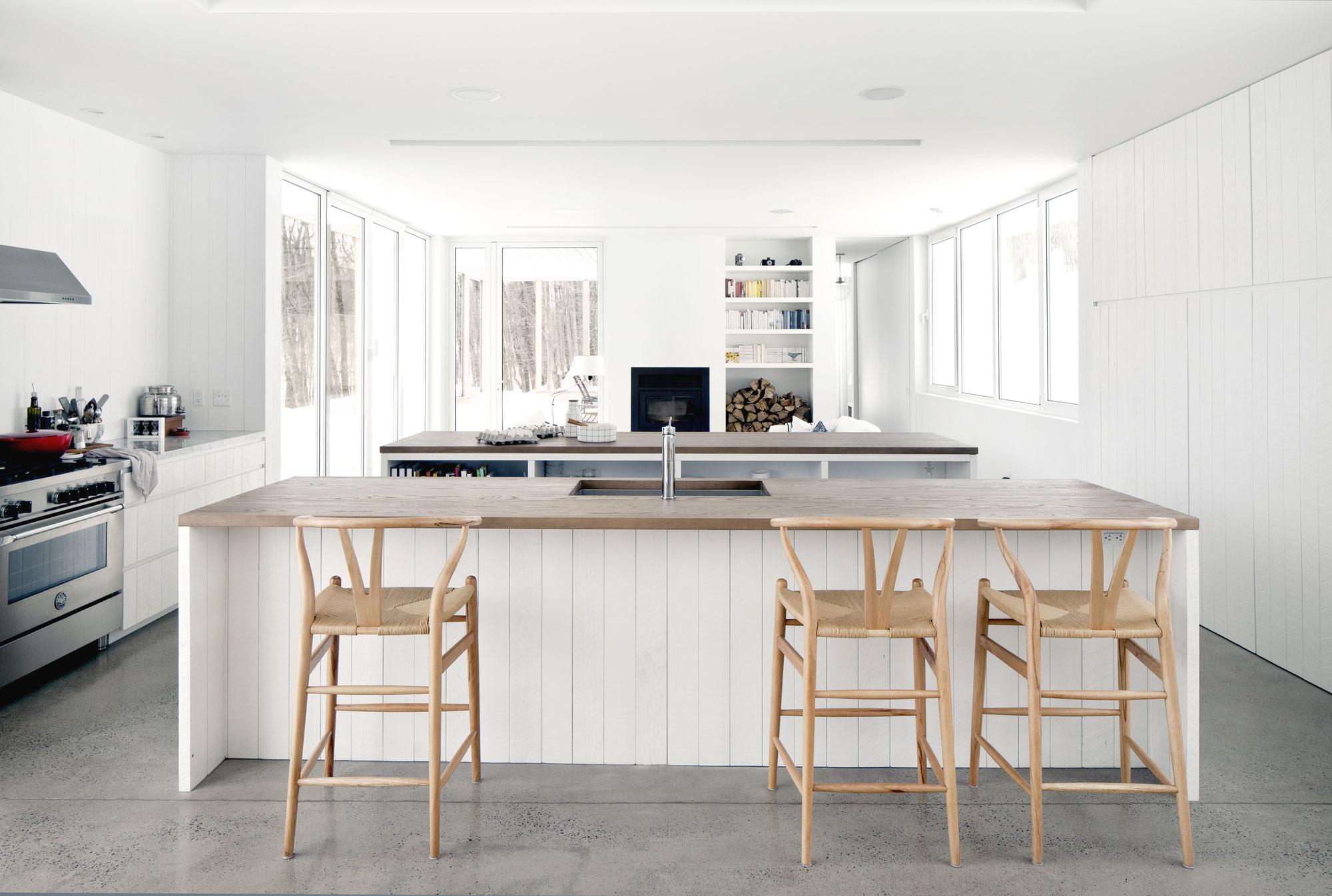 Роскошный деревянный стол на кухне - Фото 2