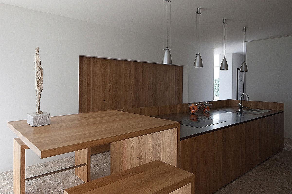 Роскошный деревянный стол на кухне - Фото 4