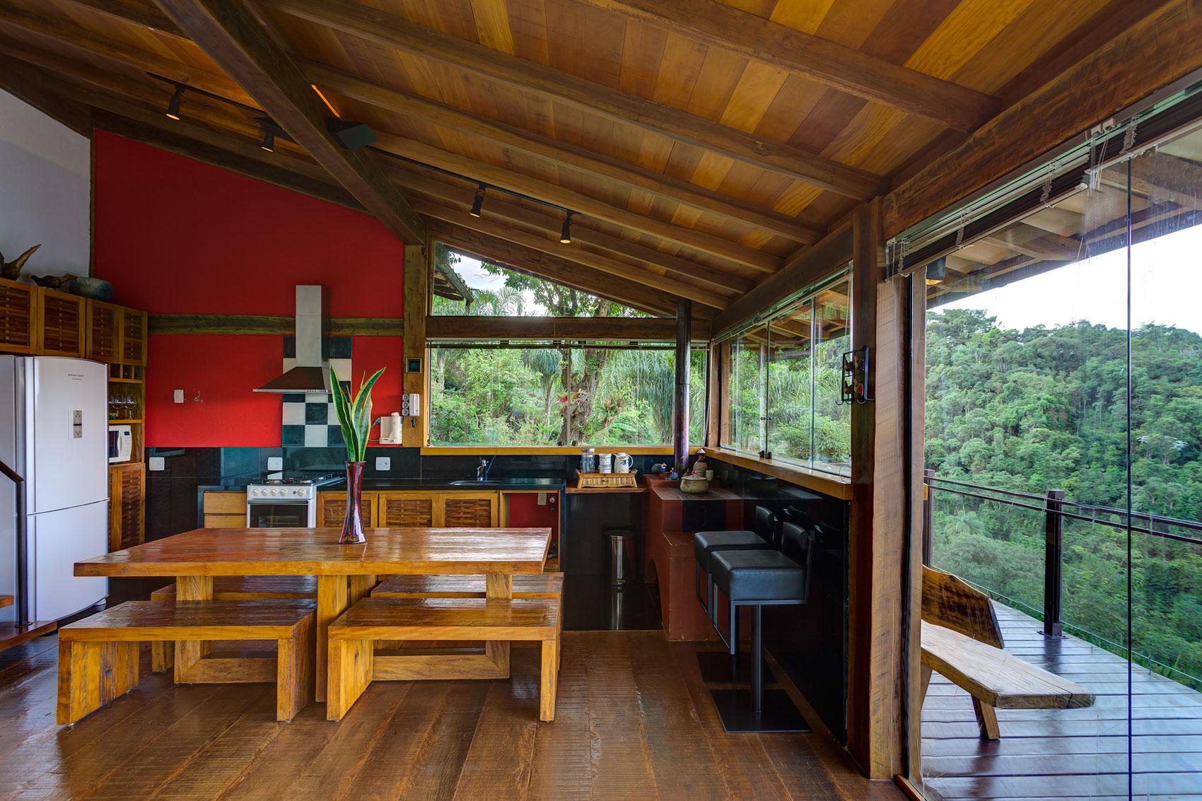 Роскошный деревянный стол на кухне - Фото 8