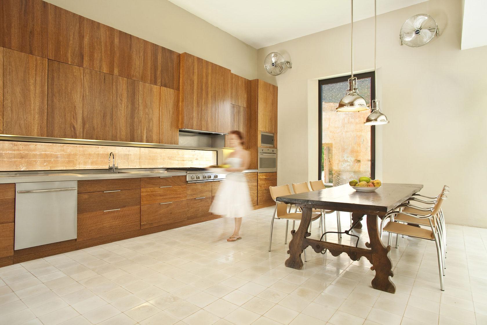 Роскошный деревянный стол на кухне - Фото 10