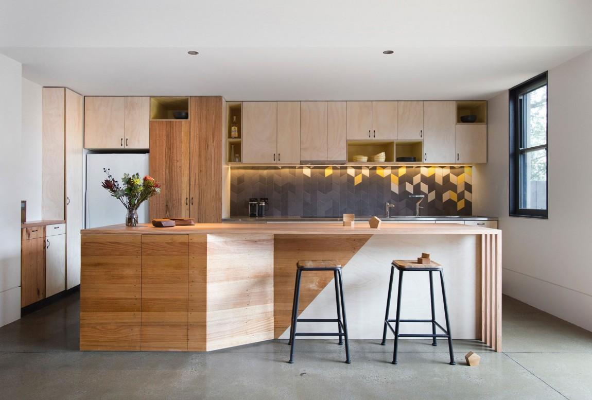 Роскошный деревянный стол на кухне - Фото 12