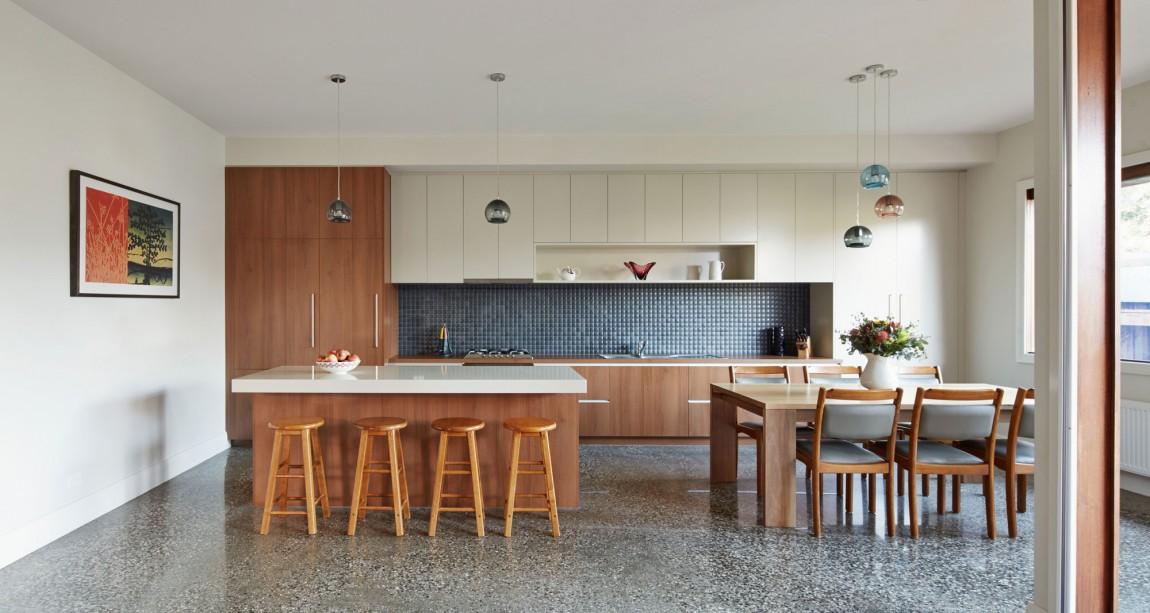 Роскошный деревянный стол на кухне - Фото 13