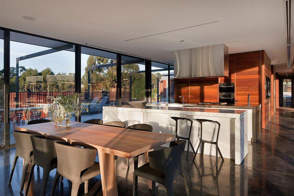 Роскошный деревянный стол на кухне - Фото 15