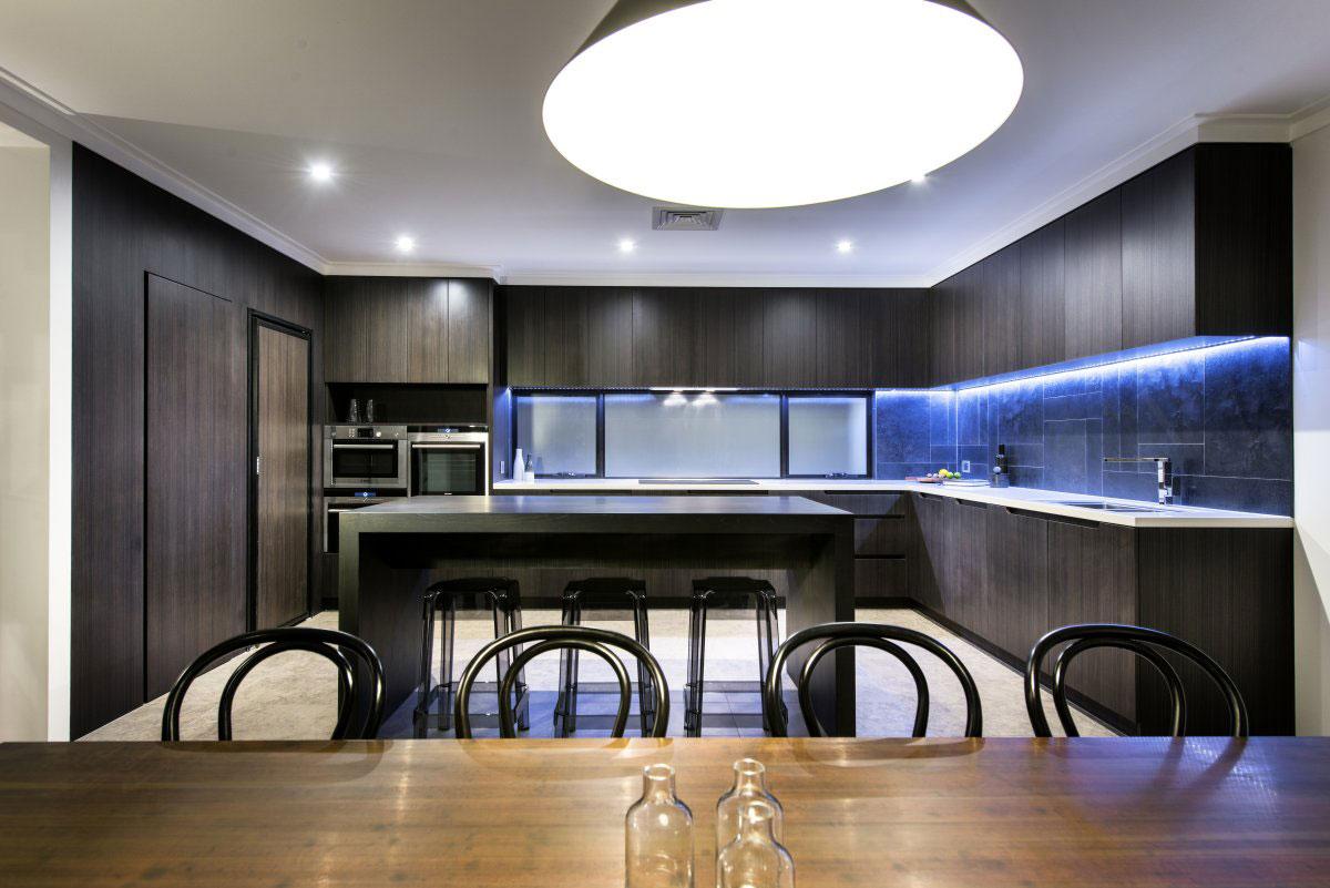 Роскошный деревянный стол на кухне - Фото 17