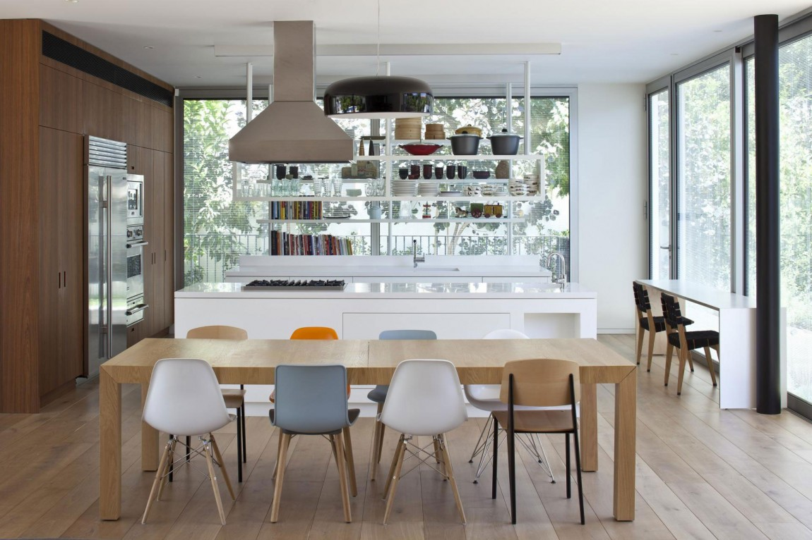 Роскошный деревянный стол на кухне - Фото 19