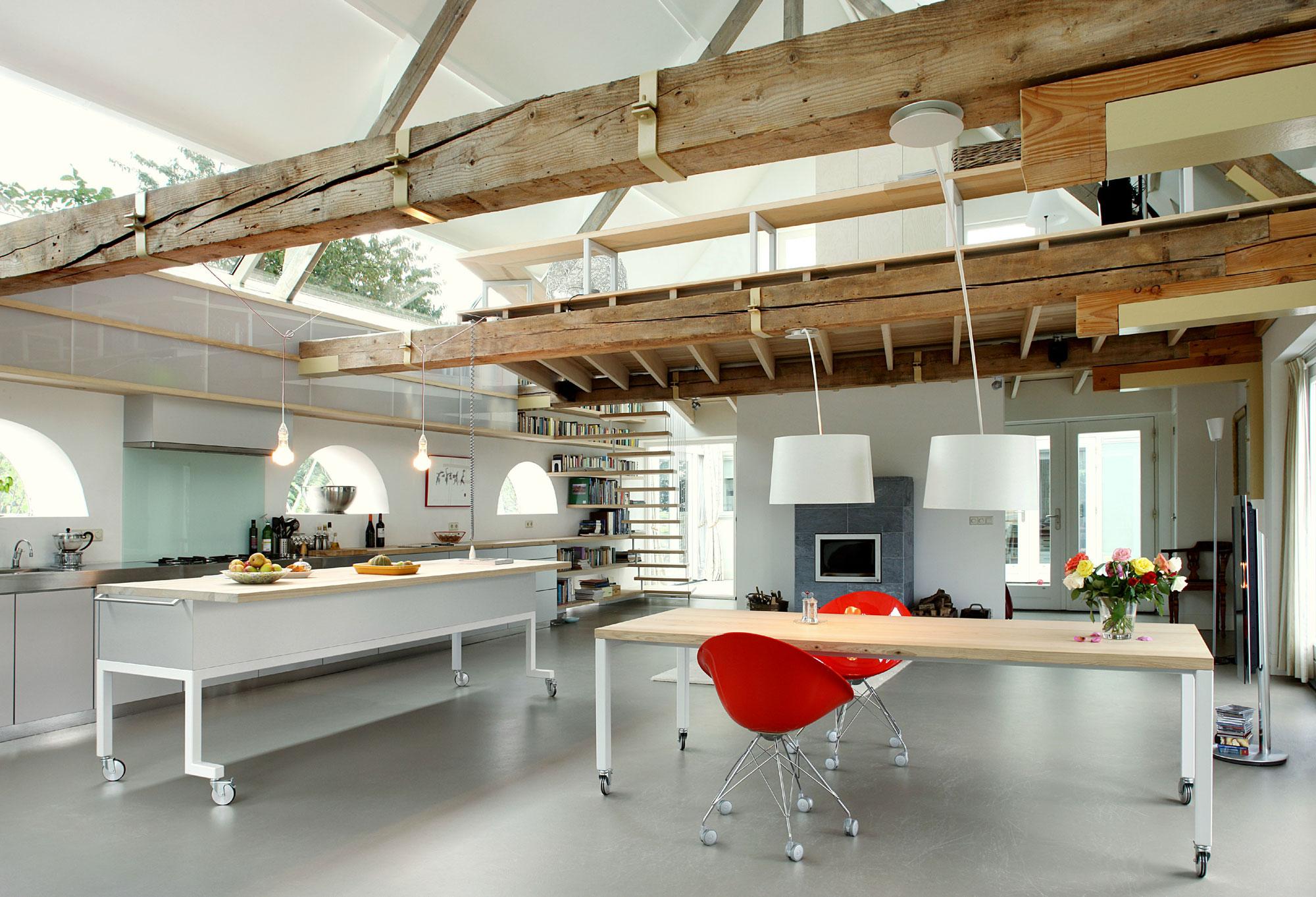 Роскошный деревянный стол на кухне - Фото 20