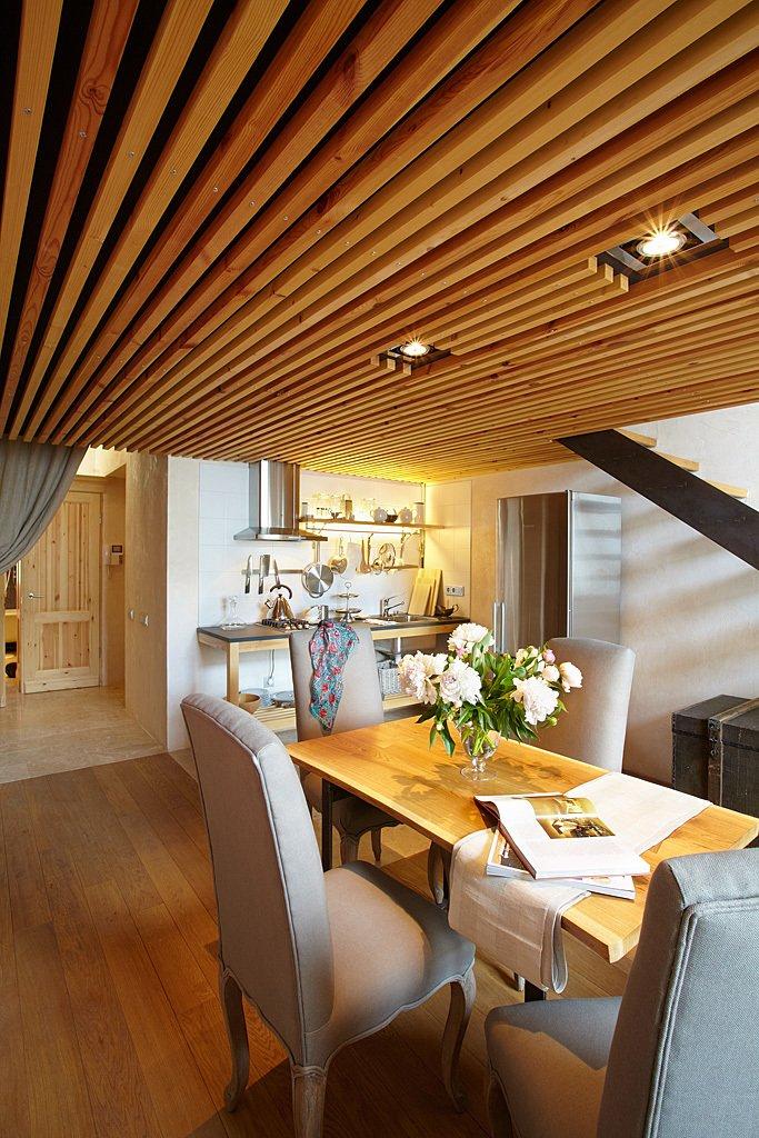 Роскошный деревянный стол на кухне - Фото 23