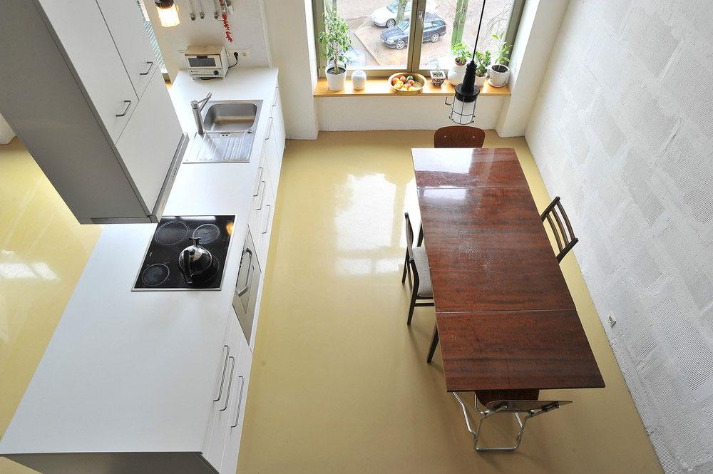 Роскошный деревянный стол на кухне - Фото 24