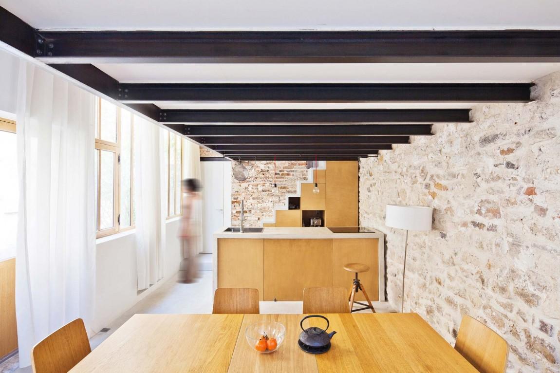 Роскошный деревянный стол на кухне - Фото 26