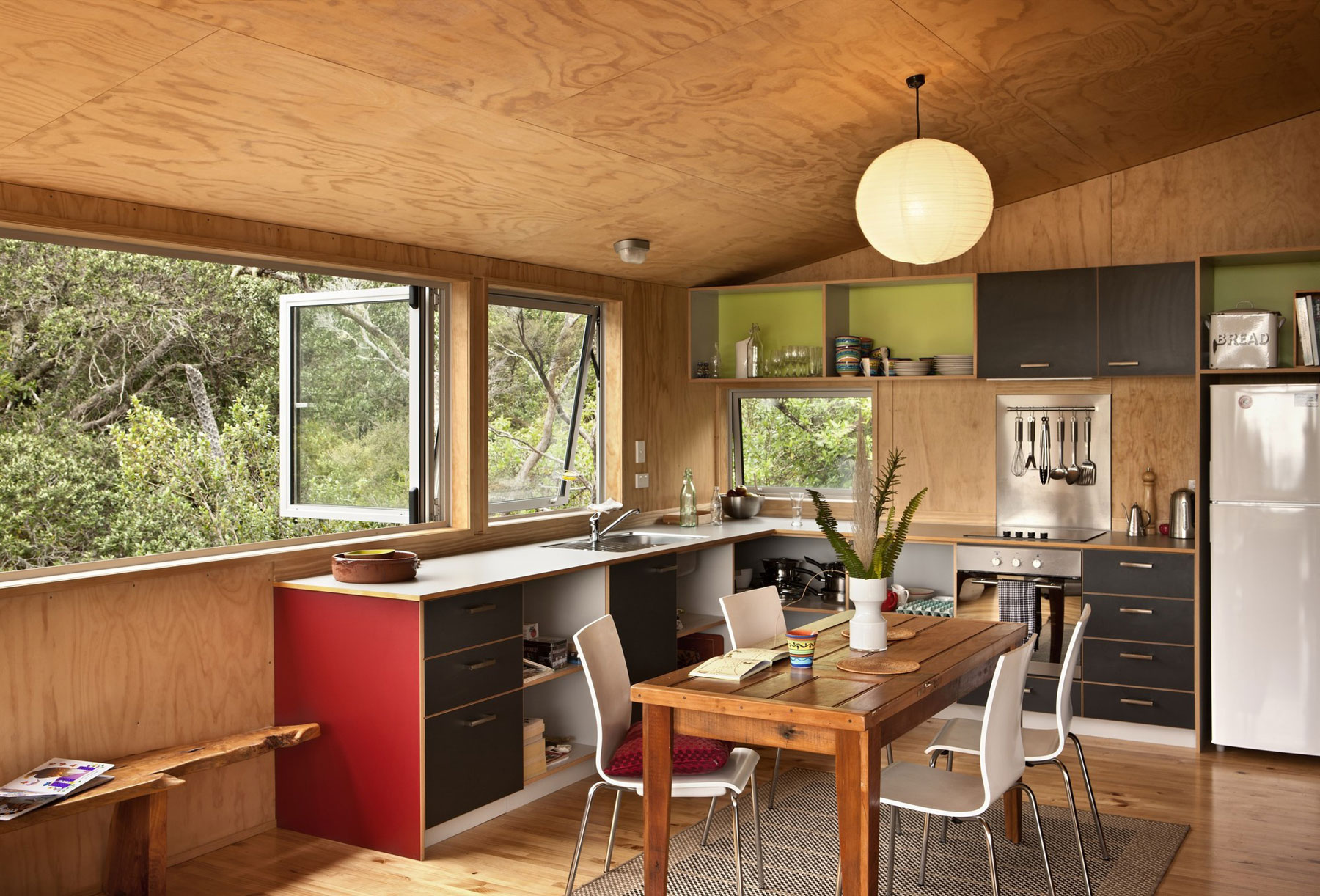 Роскошный деревянный стол на кухне - Фото 31