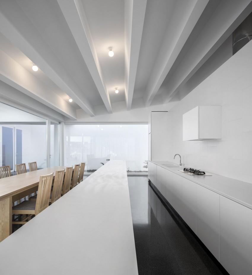 Роскошный деревянный стол на кухне - Фото 34