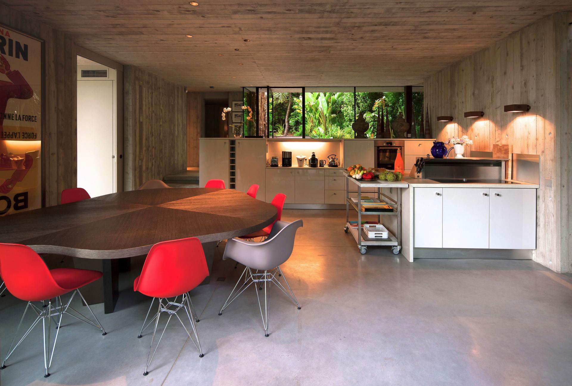 Роскошный деревянный стол на кухне - Фото 35