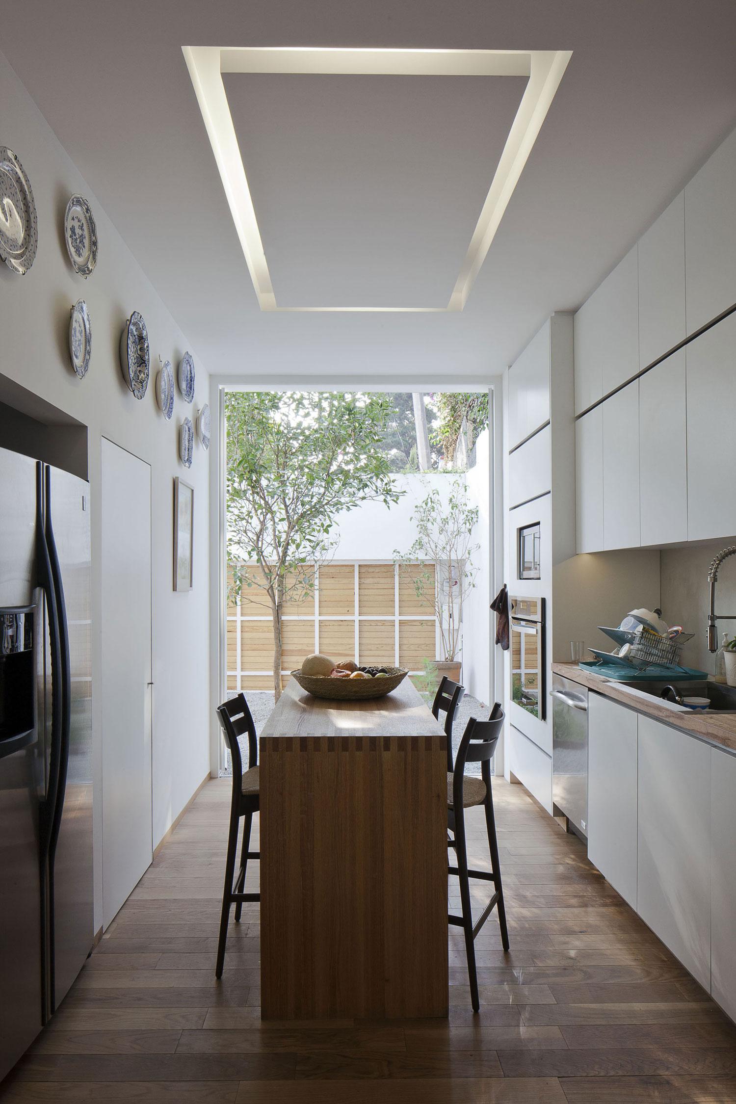 Роскошный деревянный стол на кухне - Фото 37