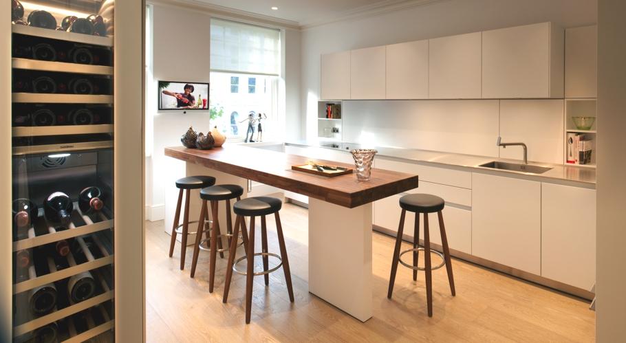 Роскошный деревянный стол на кухне - Фото 39