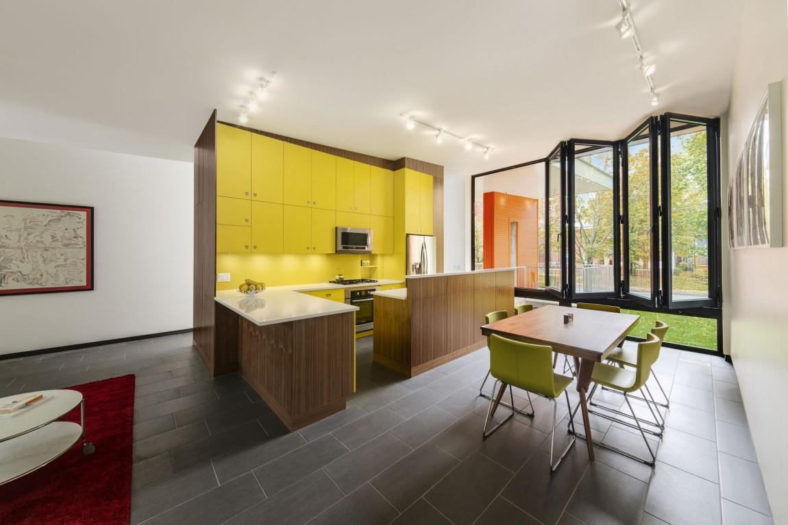 Роскошный деревянный стол на кухне - Фото 40