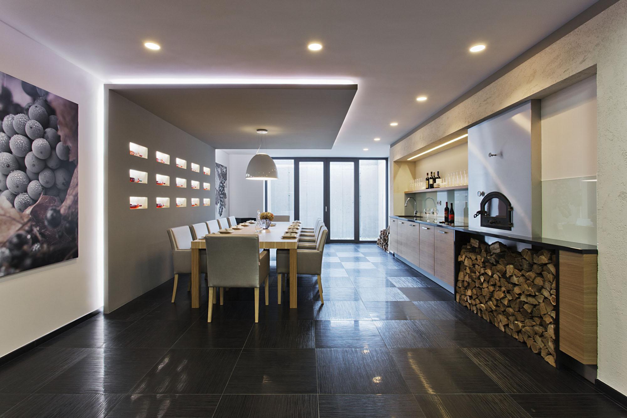 Роскошный деревянный стол на кухне - Фото 42