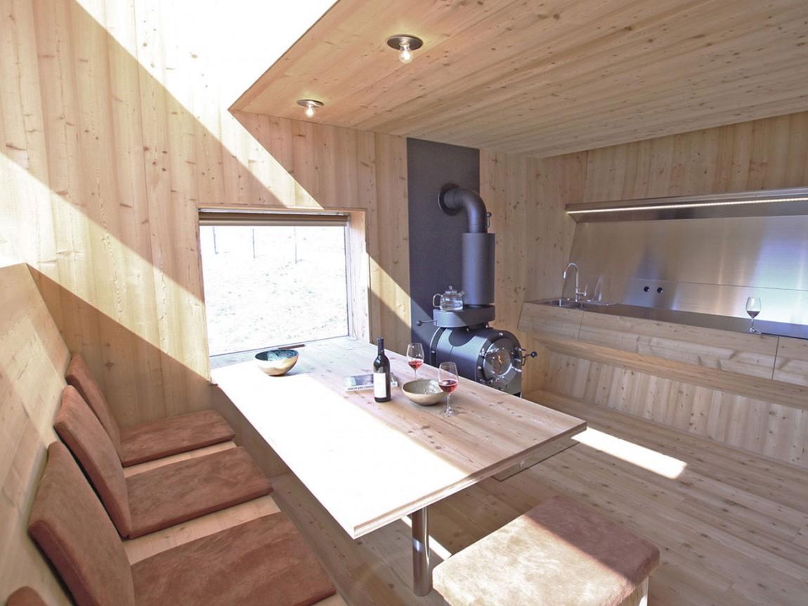 Роскошный деревянный стол на кухне - Фото 43