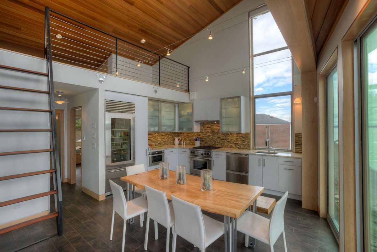 Роскошный деревянный стол на кухне - Фото 22