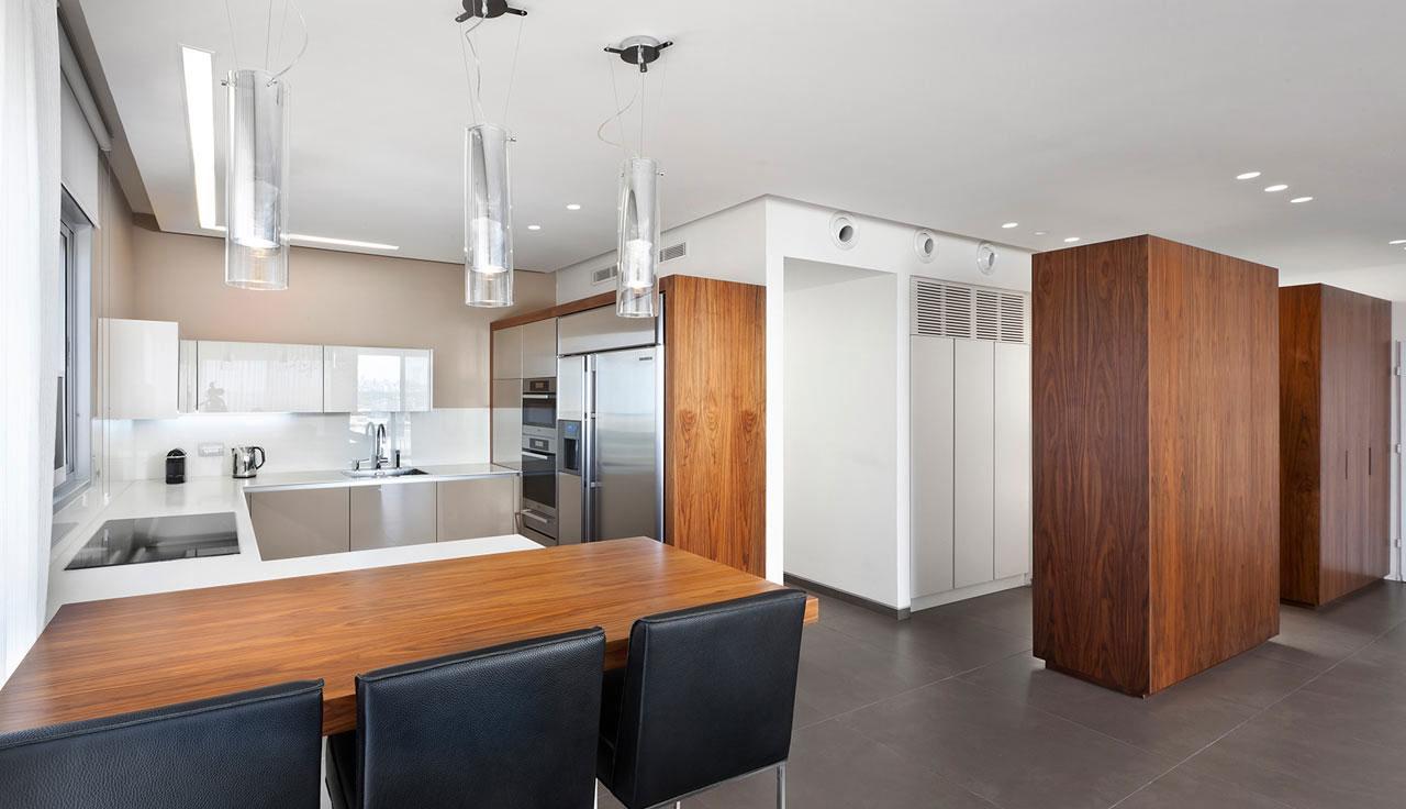 Роскошный деревянный стол на кухне - Фото 44