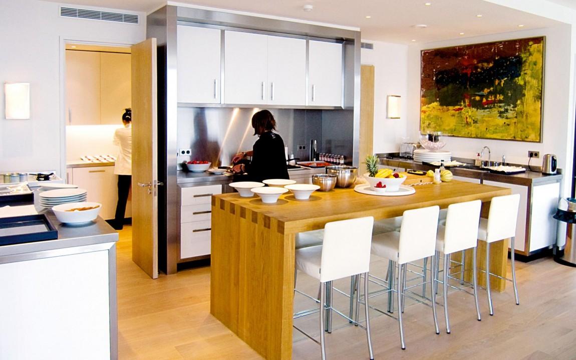 Роскошный деревянный стол на кухне - Фото 47